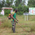 Peduli Lingkungan, Satgas 411 Kostrad Bersihkan Rumput di Gapura Kampung