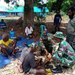 Kebersamaan Prajurit Satgas Pamtas Yonif 125/Si'mbisa Bersama Warga Dalam Pembuatan Alat Musik Tradisional Papua